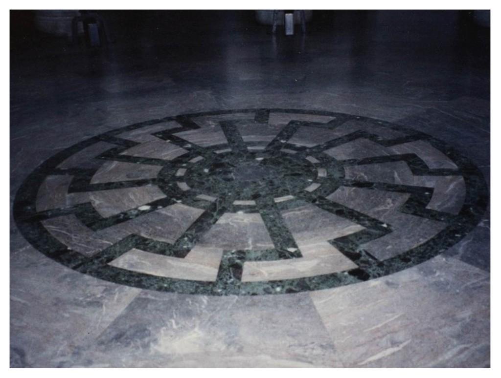 Interior del castillo de Wewelsbur - Sol negro ( Rueda solar formada con la runa SS ).